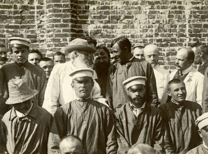 Л.Н. Толстой в Троицкой окружной психиатрической больнице. Разговаривает с пациентом, считающим себя Петром Великим