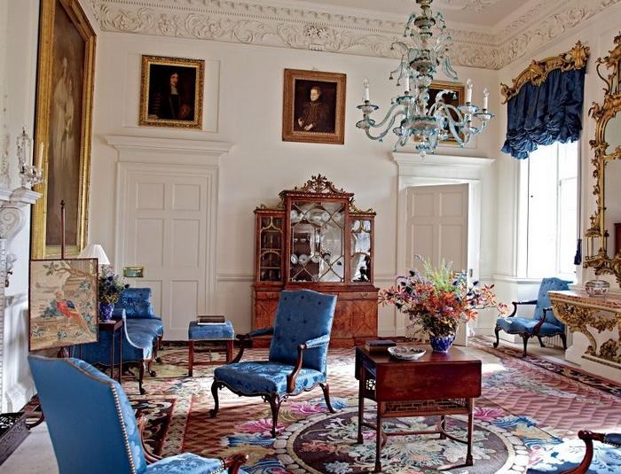 Гостиная Дамфрис-хаус в Шотландии, с книжным шкафом, стульями и диваном работы Чиппендейла