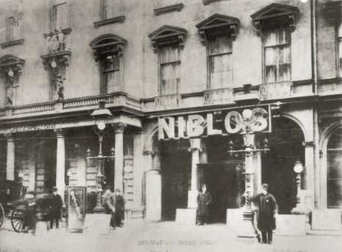 Один из бродвейских театров в XIX веке