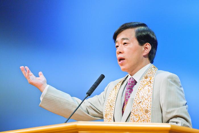 Рюхо Окава, возглавляющий эту церковь