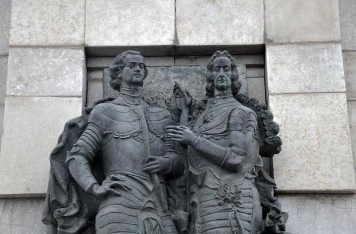 Памятник Петру I и Лефорту в Москве