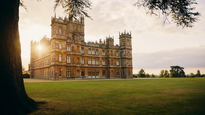 Роль Даунтона исполнил в сериале замок Хайклер в графстве Хэмпшир