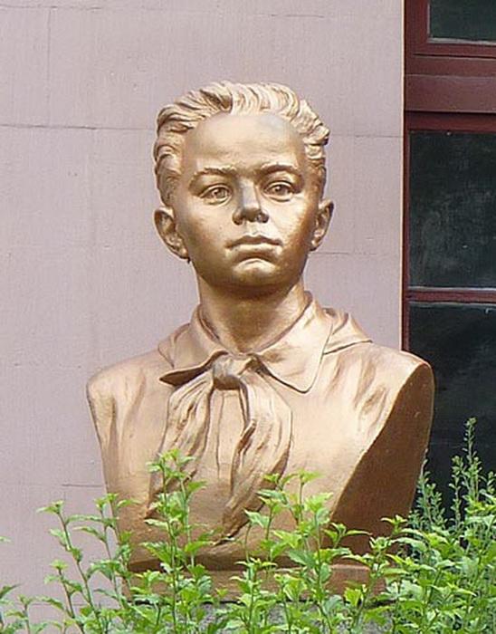 Бюст Володи Дубинина, установленный около школы в Керчи, в которой он учился