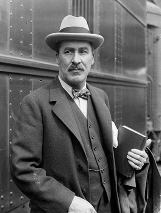 Говард Картер скончался в 1939 году, спустя шестнадцать лет после открытия гробницы; по-видимому, руководителя раскопок проклятие обошло стороной