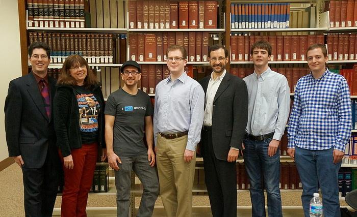 Команда «Викимедиа» в 2013 году - на фоне Британской энциклопедии