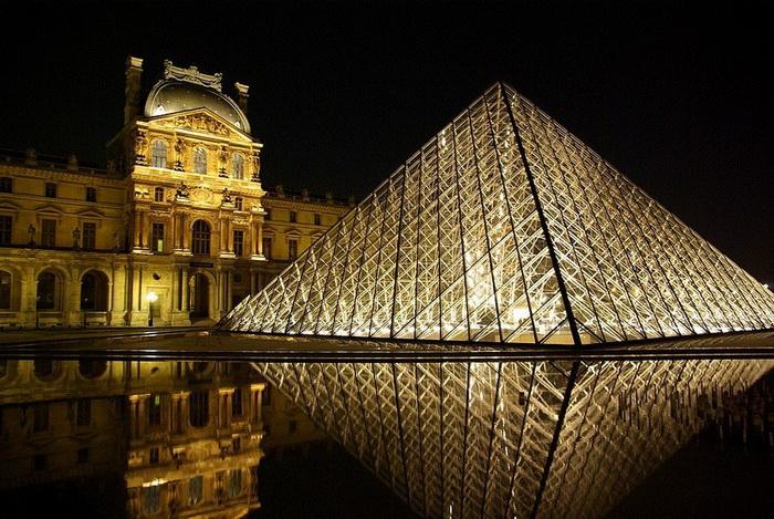 Пирамида в темное время суток