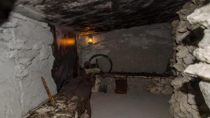 Неподалеку от Старокарантинских каменоломен расположены Аджимушкайские, где частично воспроизведена обстановка военного времени