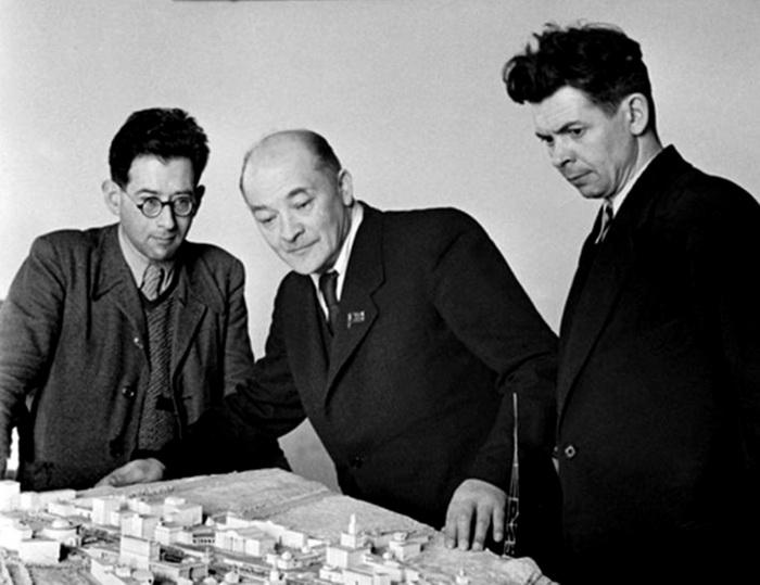 Архитектор Александр Власов (в центре)