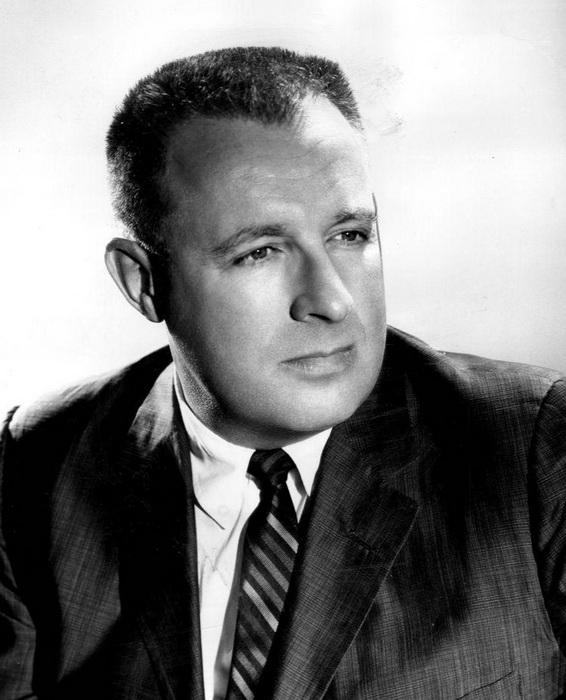 Рэй Брэдбери в 1959 году. Второе имя актера - Дуглас - было выбрано в честь актера Дугласа Фэрбенкса.