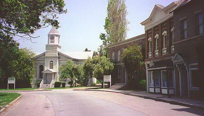 До реконструкции 2005 года на улице находился фасад церкви