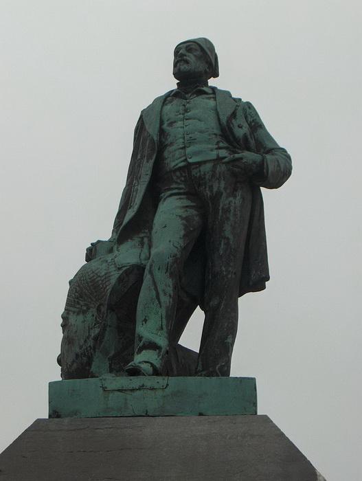 Огюст Мариет похоронен в Египте, но на родине, в Булонь-сюр-Мер, ему установлен памятник