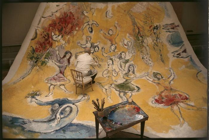 М. Шагал за работой над панелью, посвященной Моцарту