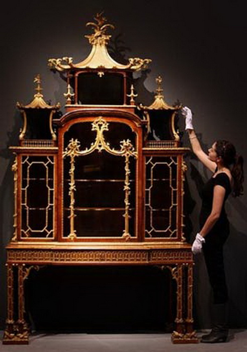 Чиппендейл делал и популярные в то время кабинеты - шкафы для собрания редкостей