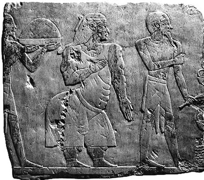 Сложно оправдать такое изображение знатной особы Древнего Египта чем-либо, кроме желания высмеять