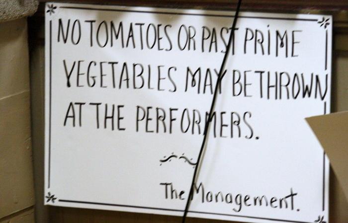 Носить на премьеры настоящие помидоры больше не обязательно. Источник: qrius.com
