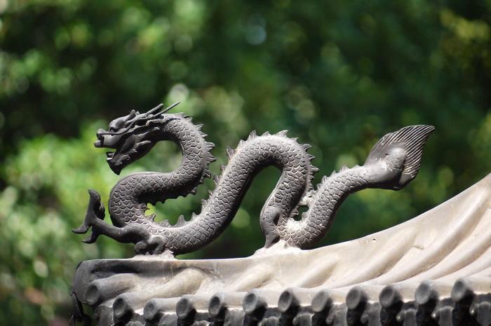 Змея во многих культурах - особенный персонаж мифологии, ее истинное имя табуировано, отсюда, возможно, и появление ряда змееподобных персонажей