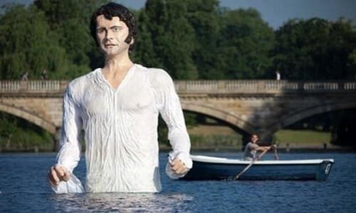 Одержимость «сценой в озере» привела к тому, что в лондонском Серпентайне установили скульптуру мистера Дарси. Источник: buzzfeed.com