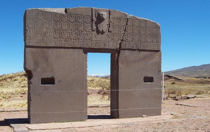Врата Солнца в Тиуанако - не то календарь, не то предсказатели погоды, не то место поклонения предкам. Источник: wikipedia.org