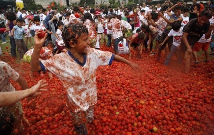 Фестиваль La Tomatina дает возможность и самому побросать помидоры, и почувствовать себя на месте мишени. Источник: bolshoyvopros.ru