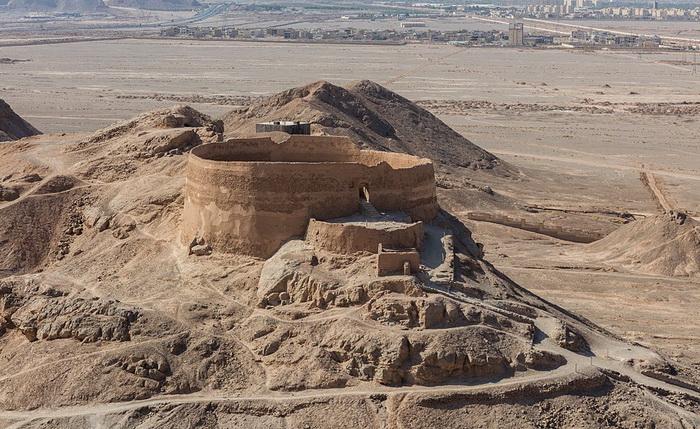 Дахма (башня молчания) в Иране, больше не используемая. Источник: wikipedia.org