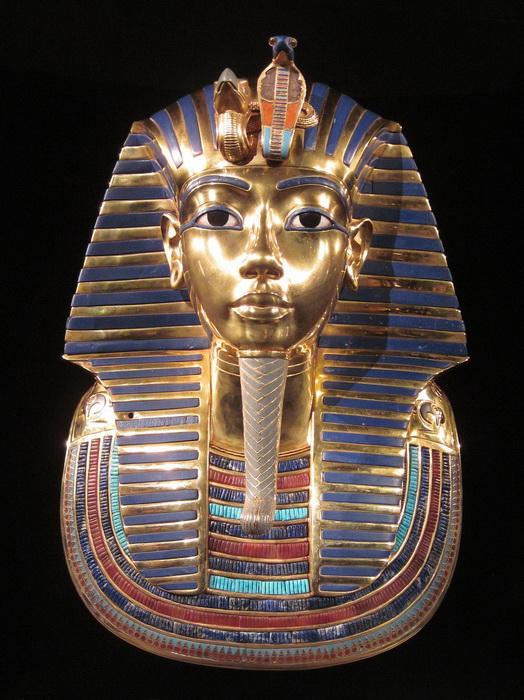 Маска Тутанхамона - из золота, украшенная самоцветами, - покрывала голову и грудь мумии фараона