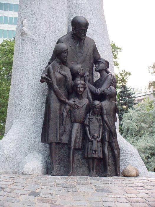 Памятник Корчаку в Варшаве