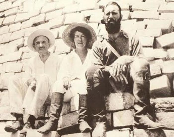 Митчелл-Хеджес (справа), его дочь и помощник на раскопках в Юкатане