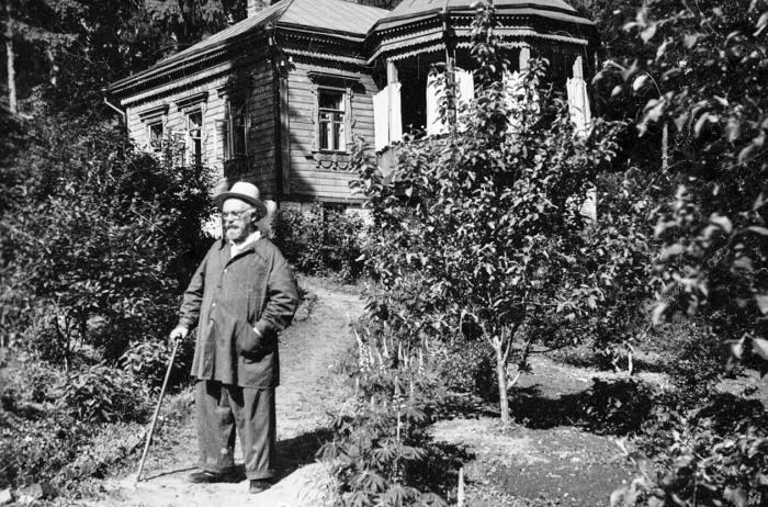 Писатель во дворе своего дома в поселке Дунино. Сейчас там находится его музей