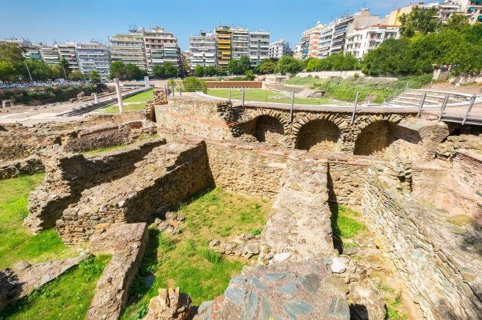 В городе Салоники (так сейчас называются Фессалоники) до сих пор сохранились развалины древнеримских зданий