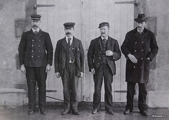 Пропавшие смотрители и Джозеф Мур (справа) незадолго до трагедии