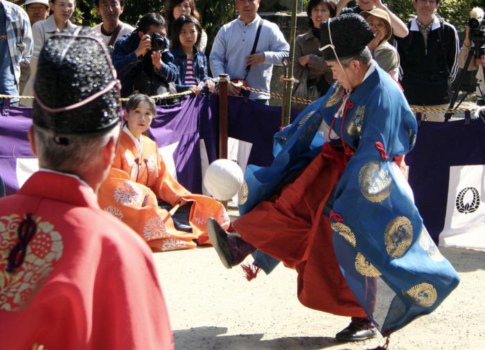 Традиция игры в «Кемари» жива до сих пор.