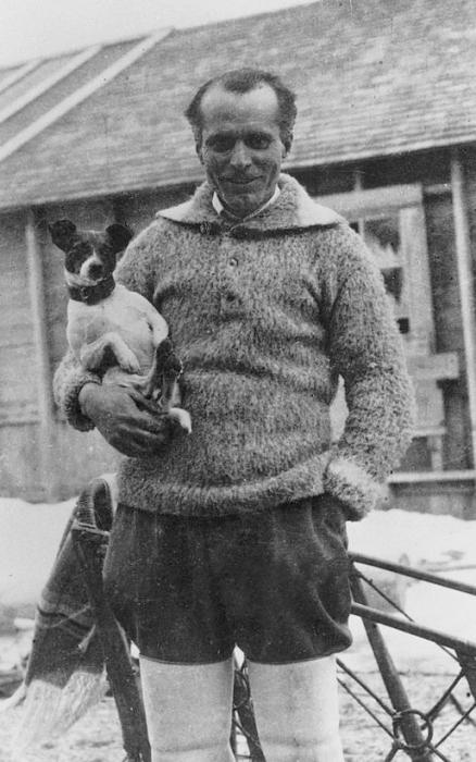 Нробиле со своей любимицей, собакой Титиной, которая была с ним в Арктике