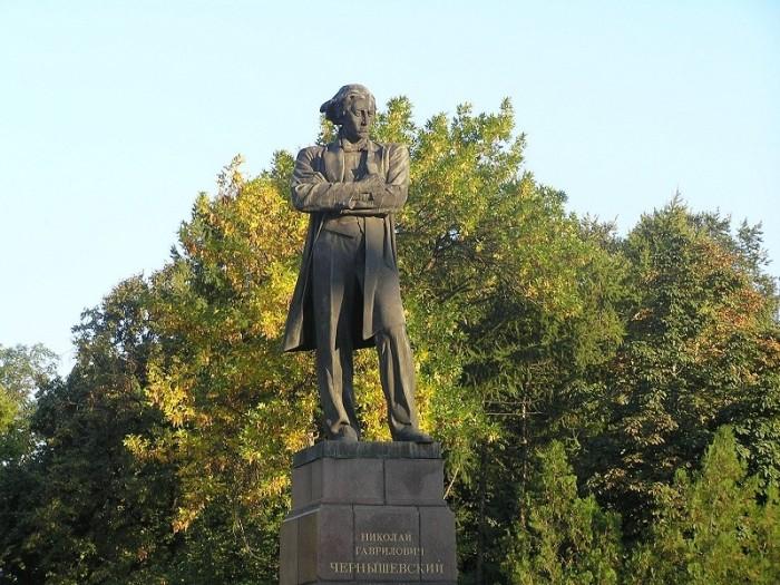 Памятник Чернышевскому в его родном городе Саратове.