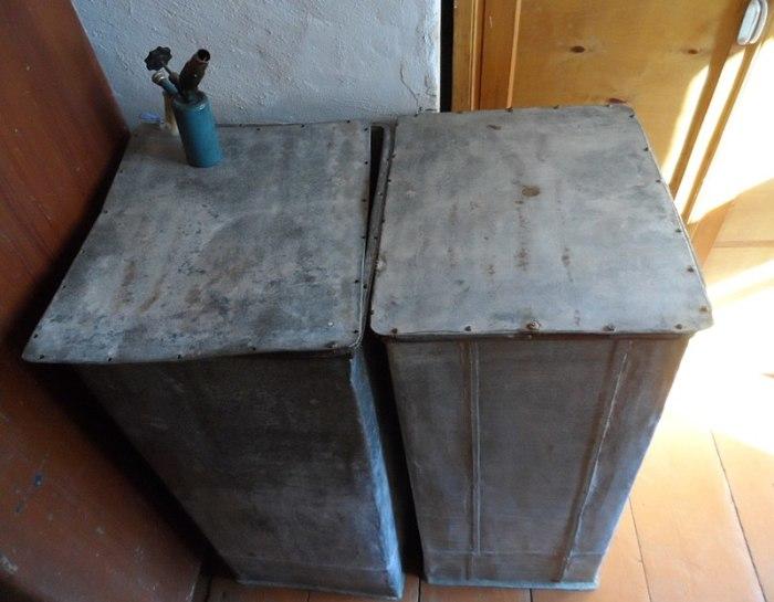 Оцинкованные ящики, в которых были спрятаны дневники