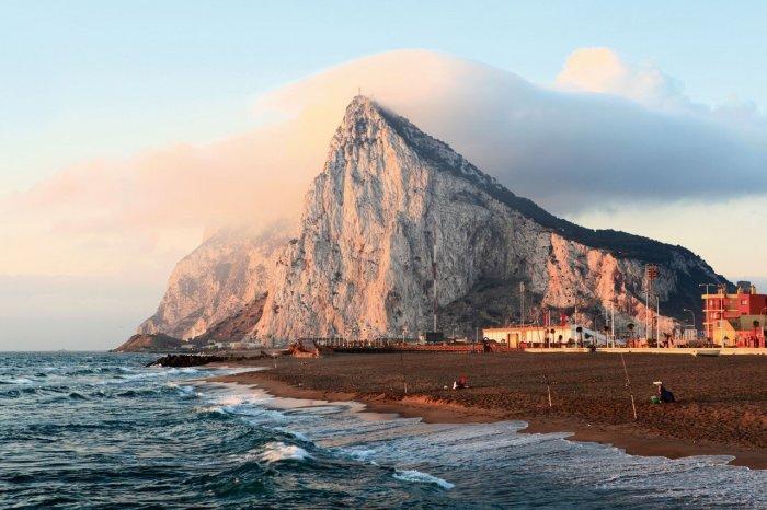 Берег Гибралтара - сюда «Мария Целеста» прибыла уже без экипажа
