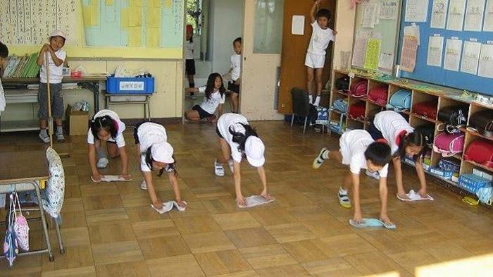 Японские дети считаются еще и самыми самостоятельными: уборка в школе – дело самих школьников