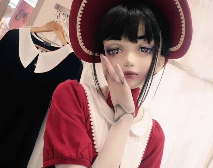 Хитоми Комаки уже несколько лет практически не выходит из дома в своем природном облике, предпочитая образ куклы