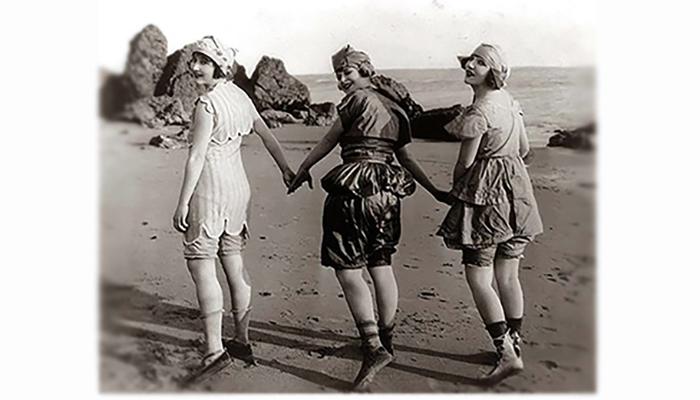 За последние 300 лет купальный костюм видоизменился от громоздкого одеяния до минимального бикини. Этот путь не всегда был легким.