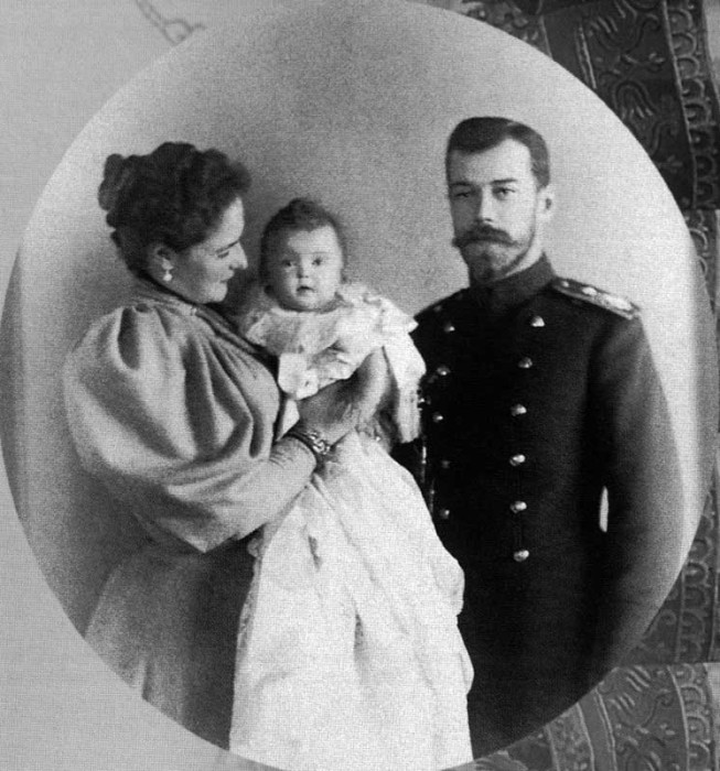 Николай II и Александра Федоровна с дочерью