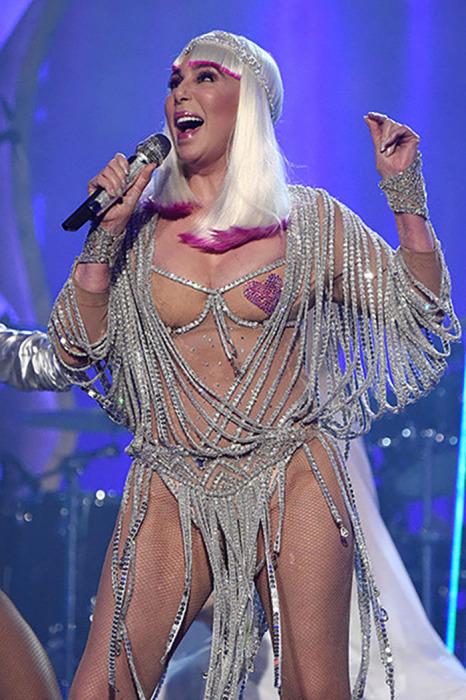 Американская поп-дива Шер даже в преклонном возрасте продолжает любить откровенные наряды