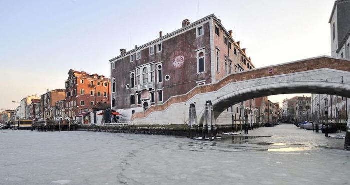 Замерзшие каналы Венеции, настоящее фото, 2012 год