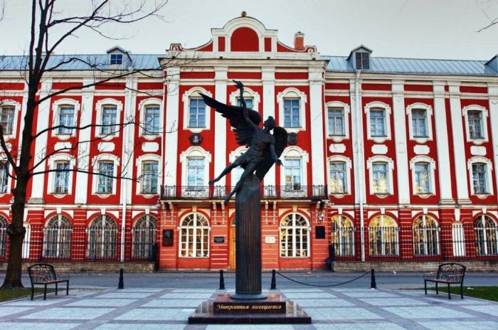 Главный корпус СПбГУ – историческое Здание Двенадцати коллегий