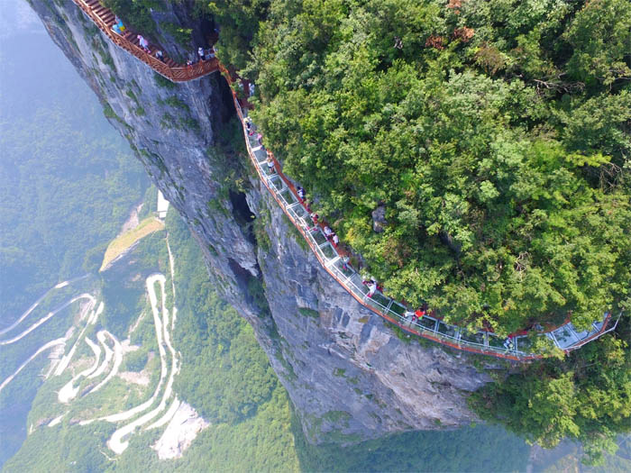 «Извивающийся дракон» - стеклянная тропа на горе Тяньмэнь на юге Китая