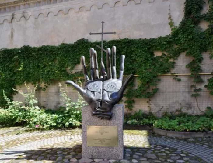 Памятник А.С. Пушкину, а также его прадеду Абраму Петровичу, установленный в Вильнюсе у Пятницкой церкви, где, по преданию, был крещен Ганнибал