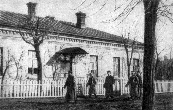 Шмидта под конвоем ведут к зданию суда, февраль 1906 г.