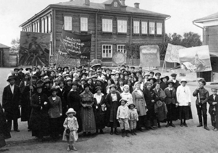 Сбор на демонстрацию учителей-курсисток, г. Челябинск, 1917 год