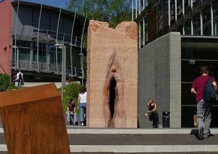 Памятник вагине возле Института микробиологии, Швейцария