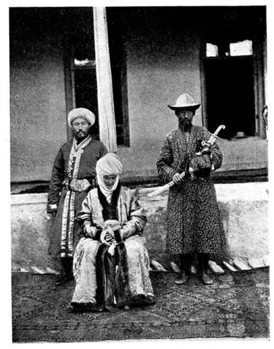 Курманджан-датка с сыном Асанбеком (слева) и слугой, держащим родовую шашку, пожалованную кокандским ханом