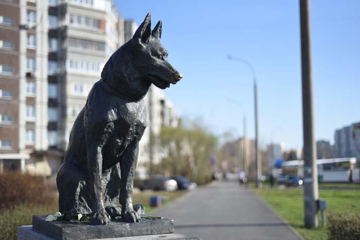 Памятник Преданности в Тольятти на пересечении Южного шоссе и улицы Льва Яшина