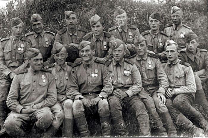 С боевыми товарищами. Юрий Никулин - в верхнем ряду, третий слева.